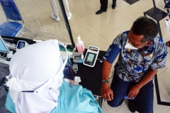 PERIKSA KESEHATAN SEBELUM VAKSINASI COVID-19Petugas kesehatan (kanan) memeriksa kesehatan Sekretaris Daerah Kabupaten Paser Katsul Wijaya (kanan) sebelum dilakukan suntik vaksin Covid-19, di Rumah Sakit Umum Daerah Panglima Sebaya Kabupaten Paser, Kalimantan Timur, Jumat (29/01/2021). Pelaksanaan vaksinasi ini melalui beberapa tahapan yakni, registrasi, screening tentang kondisi kesehatan, penyuntikan dan pemberian kartu vaksinasi Covid-19. MC Kabupaten Paser/Asmaul