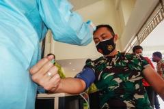PERIKSA SUHU TUBUH DAN TEKANAN DARAHPetugas kesehatan (kiri) memeriksa Komandan Kodim 0904 Tanah Grogot Letkol Czi Widya Wijanarko (kanan), sebelum dilakukan suntik vaksin Covid-19, di Rumah Sakit Umum Daerah Panglima Sebaya Kabupaten Paser, Kalimantan Timur, Jumat (29/01/2021). Tahapan pemeriksaan tersebut meliputi cek suhu tubuh, tekanan darah, gula darah dan pemeriksaan kesehatan lainnya. MC Kabupaten Paser/Asmaul