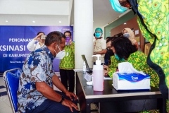REGISTRASI VAKSINASI COVID-19Dua orang petugas kesehatan (kanan) mendata dan meregistrasi Sekretaris Daerah Kabupaten Paser Katsul Wijaya (kiri) sebelum disuntik divasksin Covid-19, pada pencanangan vaksinasi Covid-19 tahap pertama di Rumah Sakit Umum Daerah Panglima Sebaya Kabupaten Paser, Kalimantan Timur, Jumat (29/01/2021). Kepala Dinas Kesehatan Paser Amir Faisol mengatakan sebagaimana intrusksi pemerintah pusat, penyuntikan vaksin Covid-19 pertama pada tokoh lokal serta tokoh masyarakat ditentukan 10 orang. MC Kabupaten Paser/Asmaul
