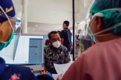 SEKDA PASER IKUTI TAHAP SCREENINGSekretaris Daerah Kabupaten Paser Katsul Wijaya (tengah) mengikuti tahap screening pada pencanangan vaksinasi covid-19, di Rumah Sakit Umum Daerah Panglima Sebaya Kabupaten Paser, Kalimantan Timur, Jumat (29/01/2021). Sebelum vaksin diberikan dokter atau tenaga kesehatan terlebih dahulu melakukan screening atau pemeriksaan, untuk memastikan apakah seseorang sehat atau tidak untuk diberi vaksin. MC Kabupaten Paser/Asmaul