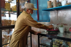 MELIHAT PRODUK UMKMWakil Bupati (Wabup) Paser Kaharuddin melihat produk UMKM lokal Muara Komam usai peresmian wisata kuliner dan pusat oleh-oleh di Kecamatan Muara Komam, Selasa (26/1/2021). Wabup Paser Kaharuddin mengatakan, keberadaan wisata kuliner merupakan upaya Pemkab Paser untuk memperkuat perekonomian berbasis potensi lokal dan berkelanjutan. MC Kab Paser/Asmaul