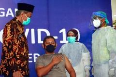 KAPOLRES PASER DISUNTIK VAKSIN COVID-19Wakil Bupati Paser Kaharuddin (kiri) menghampiri Kepala Kepolisian Resort Paser AKBP Eko Susanto, SIK (dua dari kiri) usai disuntik vaksin Covid-19 pada kegiatan pencanangan vaksinasi Covid-19 tahap pertama, di Rumah Sakit Umum Daerah Panglima Sebaya Kabupaten Paser, Kalimantan Timur, Jumat (29/01/2021). Vaksin tersebut tidak diberikan kepada Bupati Paser Yusriansyah Syarkawi dan Wabup Paser Kaharuddin, karena tidak memenuhi syarat dari pertimbangan kondisi kesehatan dan usia. MC Kabupaten Paser/Asmaul