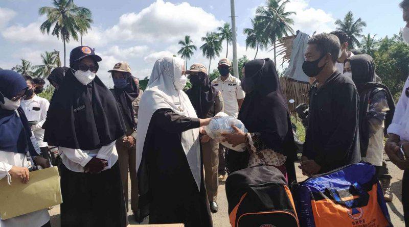 Wabup Paser Berikan Bantuan Warga Kebakaran Suliliran dan Pulau Rantau
